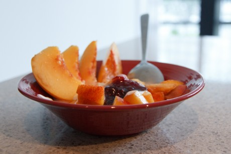 A bowl of homemade yogourt and peaches